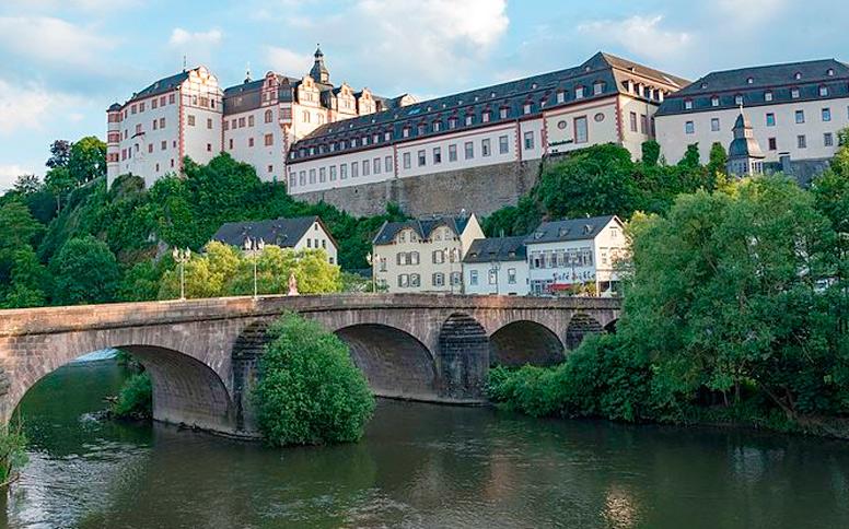 Schloß Weilburg von der Lahn gesehen