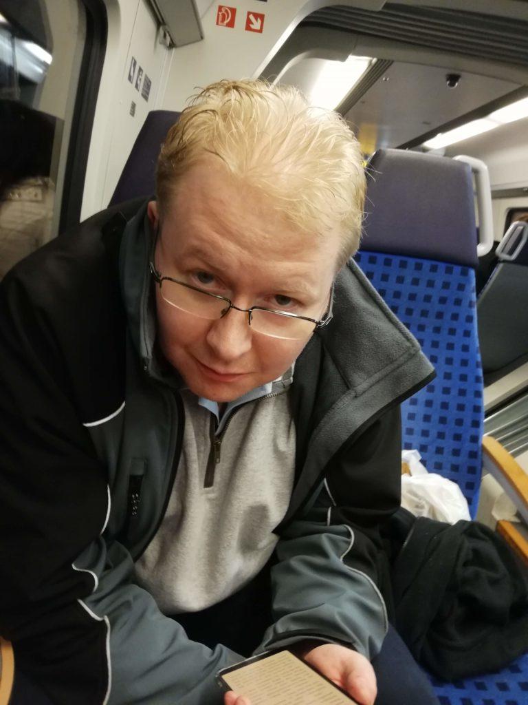 Dennis im Zug