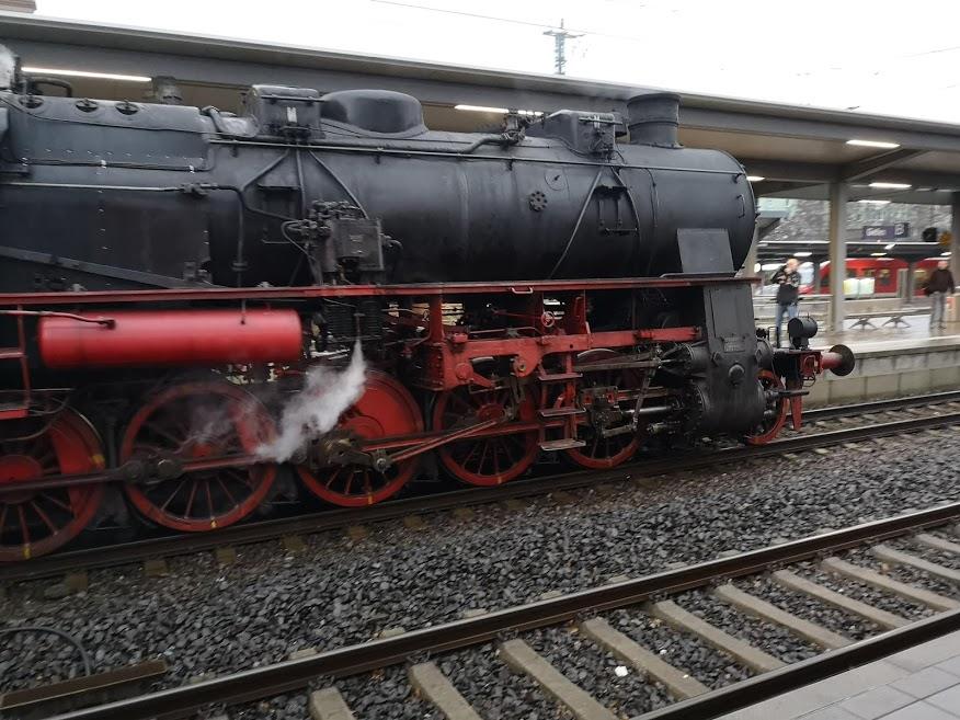 Alte Dampflok fährt in Gießen ein