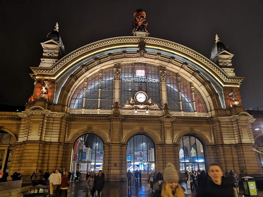 Eingang vom Frankfurter Bahnhof bei Nacht